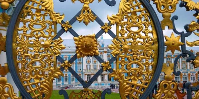 Vergoldetes Tor vor einem Palast