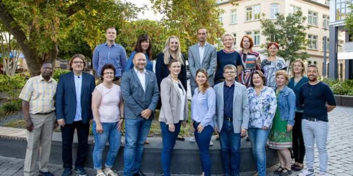Damen und Herren im Gruppenbild
