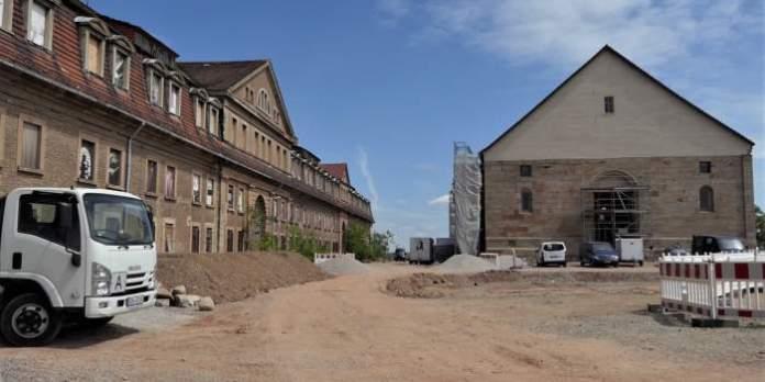 Eine Baustelle mit einer alten Kaserne