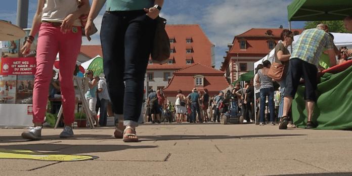 Menschen und Stände bei sonnigem Wetter aus Froschperspektive