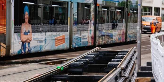 neue Schienengleise liegen zum Einbau bereit.