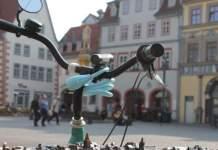 Fahrradlenker mit Schloss vor dem Modell der Erfurter Altsadt am Fischmarkt