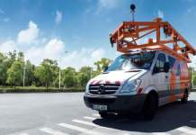ein Fahrzeug mit Straßenvermessungstechnik auf dem Dach