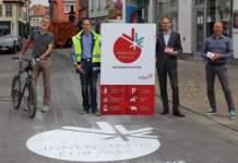 Vier Herren stehen vor dem neuen Schild zur Begegnungszone