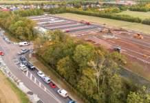 Luftaufnahme einer großen Baustelle, auf der ein Parkplatz entsteht