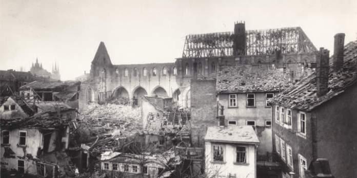 die Ruine einer Kirche nach einem Bombenangriff im 2. Weltkrieg