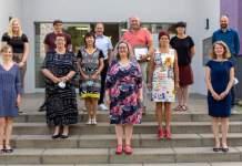 ein Gruppenfoto mit 12 Personen