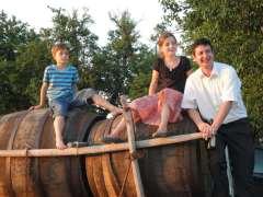 Kinder Vater Weinfässer Hochzeit
