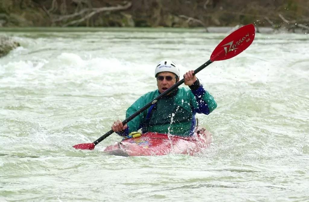 Rolf Renner im roten Kayak beim Kayakfahren auf der wilden Isar