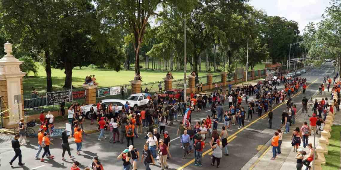 Presentan demanda contra funcionarios UPR para acabar con paro
