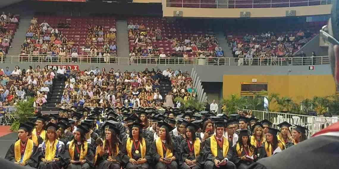 Estudiantes celebran graduación en UPR-Ponce