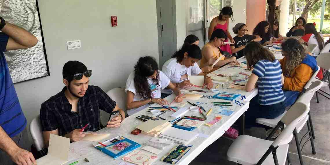 Estudiantes y personas de la comunidad riopedrense confeccionan postales de San Valentín