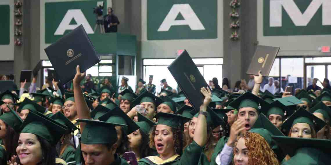 RUM gradúa 1,719 estudiantes
