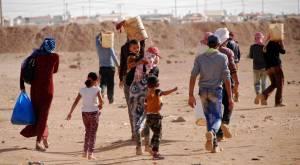 Un grupo de refugiados sirios vuelve al campamento de forma irregular después de haber trabajado recogiendo tomates por 10 euros diarios. ALBERTO HUGO ROJAS (Imagen desde portal http://internacional.elpais.com)