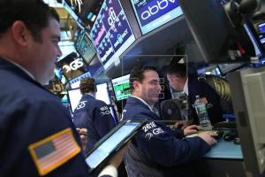 Corredores trabajan en la Bolsa de Valores de Nueva York. EFE/Archivo (Pie de foto e imagen desde portal www.efe.com)