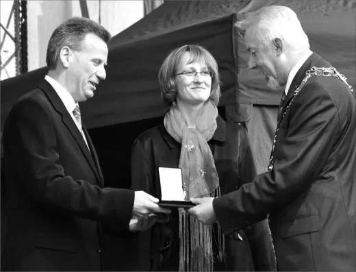 Medal Róży odbierają państwo Joanna i Jacek Bernaśkiewiczowie.
