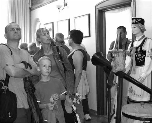 Turyści z Warszawy, wypoczywający na Pomorzu, z zainteresowaniem zwiedzali wejherowski ratusz.