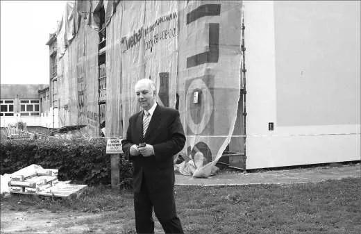 Zastępca prezydenta, B. Tokłowicz jest wyraźnie zadowolony z wyglądu pierwszej gotowej ściany, która jest ocieplona i otynkowana.