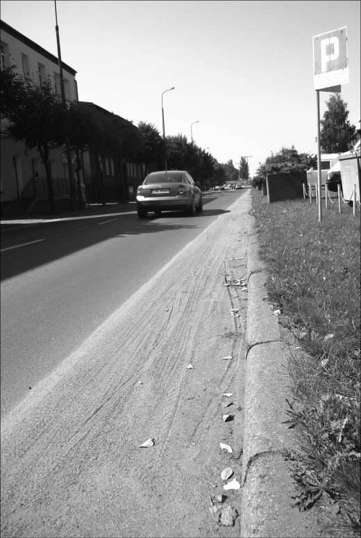 Ulica św. Jana jest bardzo ruchliwą drogą, a piach dodatkowo utrudnia ruch samochodów.