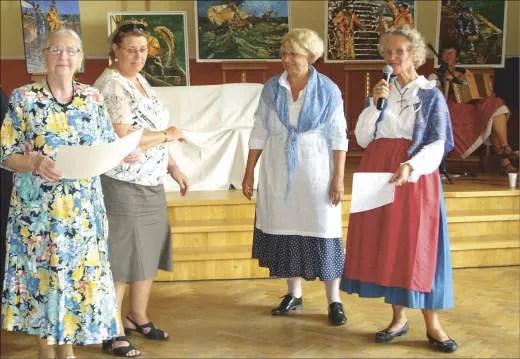 Jedną z osób, która dzięki loterii została obdarowana prezentami, była Sabina Żywicka. Po prawej, z mikrofonem Helena Zych-Chapron.