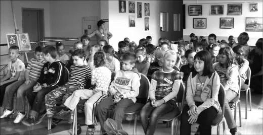 Dzieci z zainteresowaniem słuchały opowiadań i wierszy. U dołu od lewej: Marcin Brykczyński, Roksana Jędrzejewska-Wróbel i Anna Czerwińska-Rydel -pierwsza z lewej.