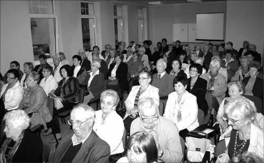 Słuchacze Wejherowskiego Uniwersytetu Trzeciego Wieku podczas inauguracji roku akademickiego w Kaszubsko-Pomorskiej Szkole Wyższej.