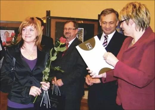 Magda Stankiewicz odebrała nagrodę za zdjęcia z rąk Beaty Zawal-Brzezińskiej i burmistrza Redy, Krzysztofa Krzemińskiego. W głębi Leszek Glaza.