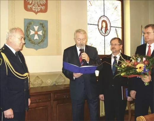 Komendant Jacek Pisarek, prezydent Krzysztof Hildebrandt, przewodniczący RM Leszek Glaza i sekretarz miasta Bogusław Suwara.