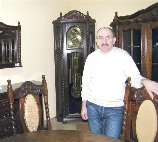 Edward Szulta w swoim salonie meblowym.