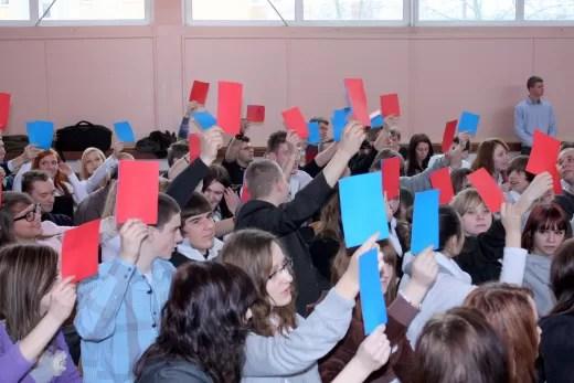 Podnosząc kolorowe kartki, młodzież opowiadała się za lub przeciw korzyściom, wynikającym z naszego uczestnictwa w Unii Europejskiej. Jak widać, zdania były podzielone.