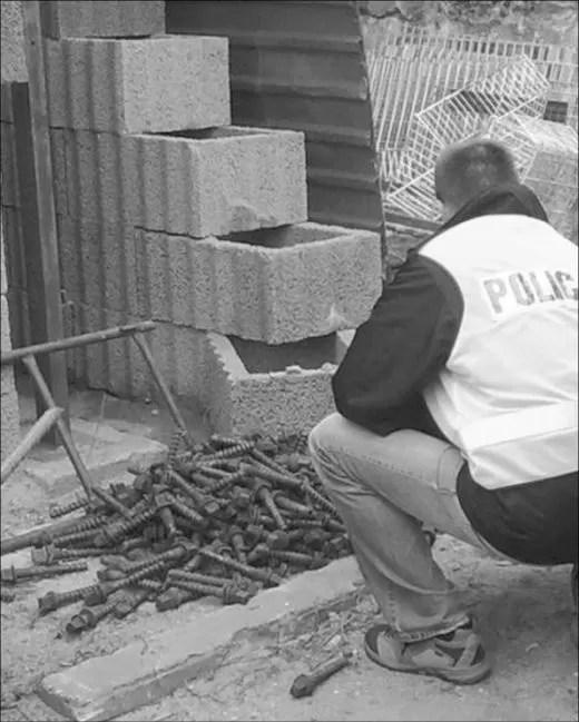 Sprawcy rozkręcali elementy infrastruktury kolejowej, aby ją sprzedać w punkcie skupu złomu. Wstępnie oceniono, że zrabowane mienie było warte kilkanaście tysięcy złotych.