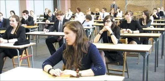 Stresujące oczekiwanie na egzamin niektórzy starają się spędzić pogodnie i na luzie, inni w skupieniu. Od lewej zdjęcia z egzaminu z matematyki w II LO (pierwsze zdjęcie) oraz z egzaminu z jezyka polskiego w programie rozszerzonym w I LO w Wejherowie (kolejne dwa zdjęcia). Więcej zdjęć z obu szkół na www.pulswejherowa.pl