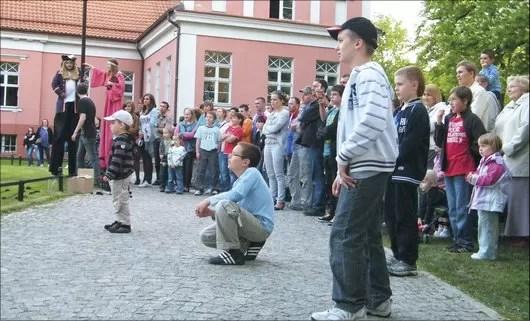 Kilkugodzinny pokaz żonglerki przez siedzibą muzeum oglądało jednocześnie kilkadziesiąt osób, ale widzowie ciągle się zmieniali. Trudno się dziwić, skoro wokół kusiły inne ciekawe wydarzenia kulturalne.