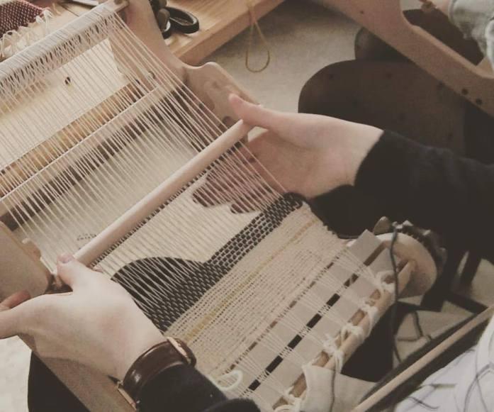 atelier tissage sur métier à tisser de table
