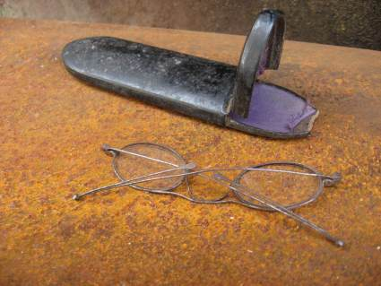 mid 1800s eyeglasses metal oval with hinged arms and case_C_PumpjackPiddlewick