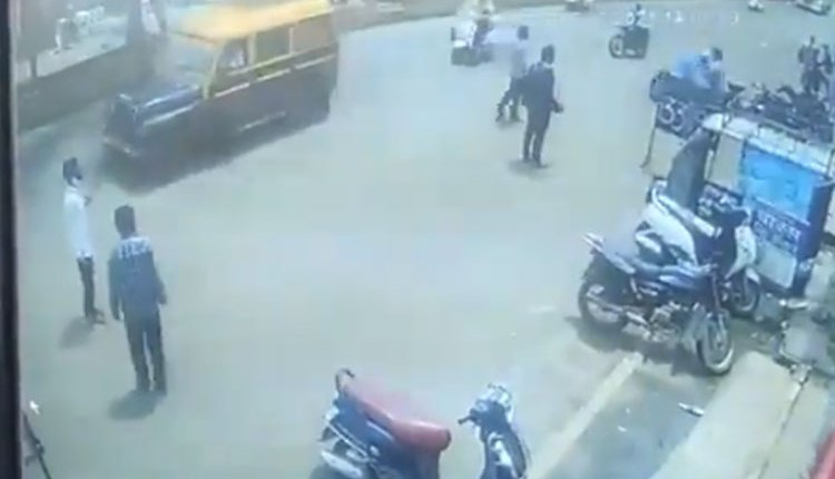 Nashik Crime   live video of deadly attack on two brothers in nashik blood bath on road