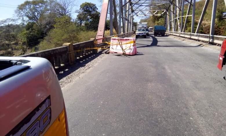 Photo of Paso sobre puente del Río Barranca se encuentra regulado por hueco