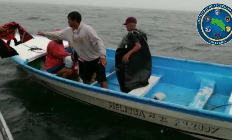 Photo of Rescatan familia que estaba naufragando cercanías del Faro de Puntarenas