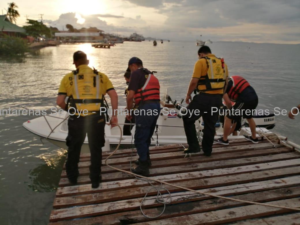 Photo of Bomberos rescatan cuatro personas tras vuelco de lancha en Puntarenas