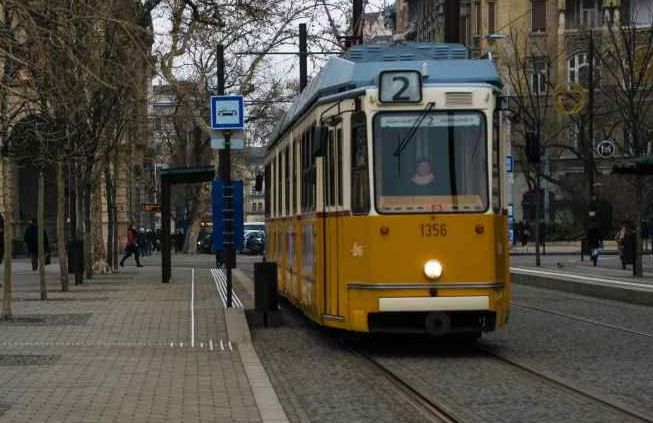 per visitare budapest in un giorno potrebbe essere utile l'uso del tram in foto