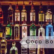 scritta coco bongo e bottiglie di alcolici