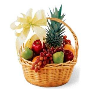 Consegna a domicilio cesto regalo con frutta mele banane pere ananas uva online
