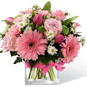 composizione elegante con gerbere rosa rose rosa e margherite bianche