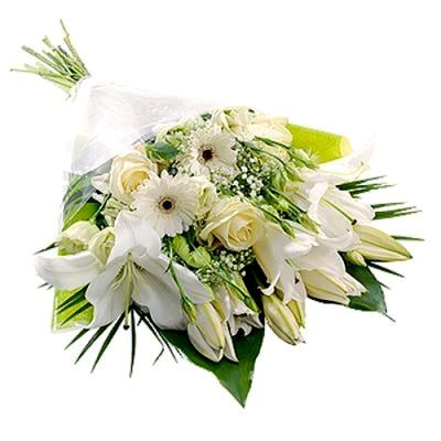 fascio con fiori bianchi
