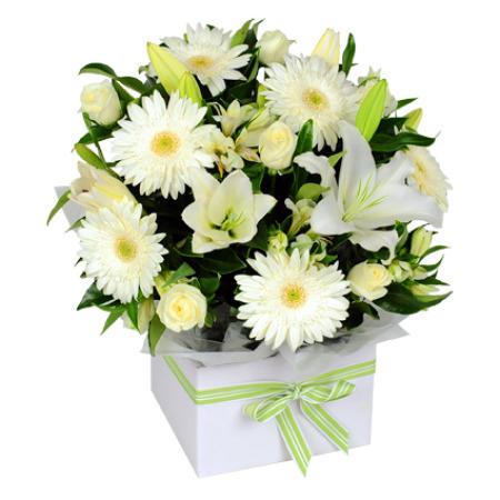 cestino con fiori bianchi gerbere e lilium