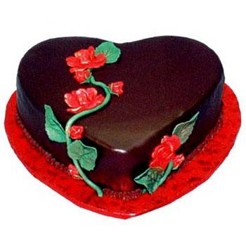 torta a forma di cuore al cioccolato con rosa rossa come decorazione