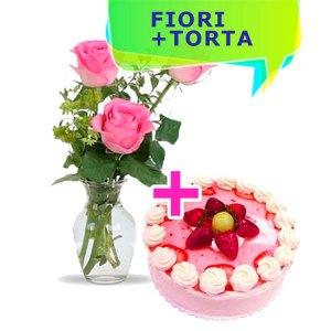 tre rose rosa e torta alla fragola con ciuffetti di panna