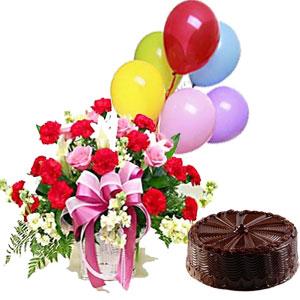 consegna a domicilio cesto con rose rosse rose bianche palloncini colorati e torta al cioccolato