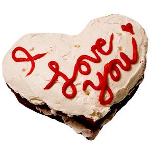 torta a forma di cuore con panna e scritta I love you