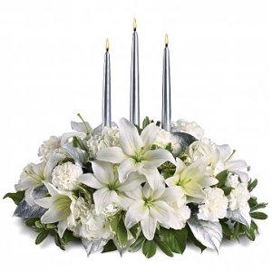 centrotavola Natalizio con fiori bianchi e tre candele argentate